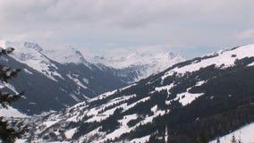 Zoom fuori da un paesaggio del wintersport in Austria video d archivio