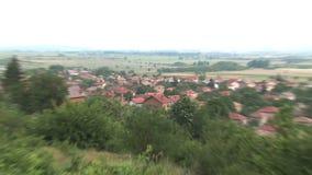 Zoom-fuori da un villaggio vicino alla chiesa russa a Shipka video d archivio