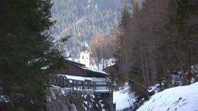 Zoom fuori da una chiesa nel hinterglemm di Saalbach stock footage