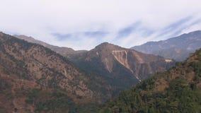 Zoom fuori dal supporto al paesaggio della montagna video d archivio