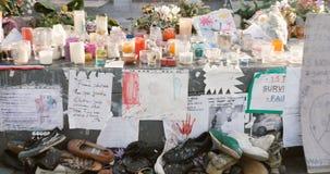 Zoom fuori dalle candele, dalle scarpe e dai messaggi al monumento di Place de la Republique, Parigi, Francia video d archivio