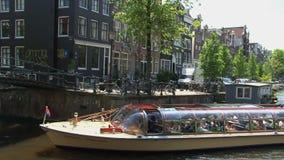Zoom fuori e pentola dal crogiolo di canale a Amsterdam video d archivio