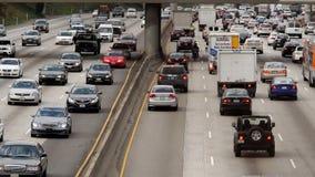 Zoom-heraus/oben Ansicht des Verkehrs auf beschäftigter Autobahn in im Stadtzentrum gelegenem Los Angeles Kalifornien stock video