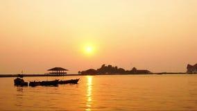 Zoom-heraus Zeitspanne der Atmosphäre während des Sonnenuntergangs bei Koh Loy Sriracha, Chonburi, Thailand stock footage