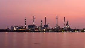 Zoom-heraus Zeitspanne der Erdölraffinerie in dem Fluss in der Sonnenaufgangzeit stock video
