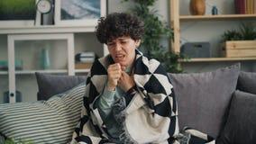 Zoom-i ståenden av den sjuka unga damen som hostar lidande från kall sjukdom lager videofilmer