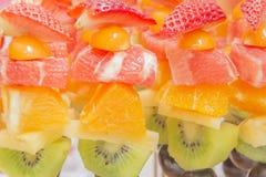 Zoom-kiwi della frutta fresca, fragole, arancia, uva fotografia stock libera da diritti