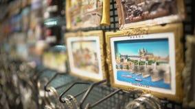 Zoom-in op de magneet van de de herinneringskoelkast van de Tsjechische die Republiek van Praag bij giftwinkel wordt getoond stock video
