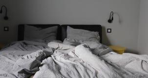 Zoom szarej sypialni pusty upaćkany szary łóżko zbiory