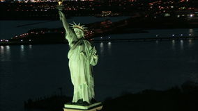 Zoom ut från statyn av frihetnattantennen lager videofilmer