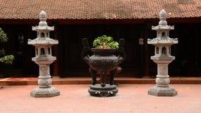 Zoom ut ur bonsaiträdkrukan - Tran Quoc Pagoda i Hanoi Vietnam stock video