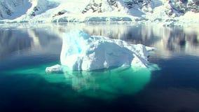 Zoom ut ur isberget i antarctichavet stock video