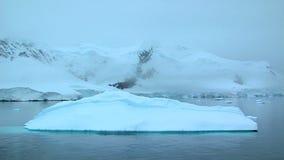Zoom ut ur isberget i Antarktis arkivfilmer