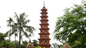 Zoom ut ur Tran Quoc Pagoda Temple i Hanoi Vietnam stock video