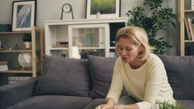 Zooma in av den ledsna kvinnliga patienten som gr?ter i terapeutens kontor under konsultation arkivfilmer