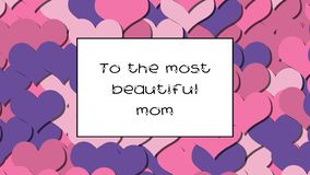 Zooma in till det mest härliga mammaförälskelsekortet med rosa hjärtor som en bakgrund stock video