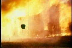 Zooma in till huset på brand lager videofilmer