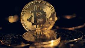Zooma ut sköt på en enkel stående bitcoin stock video