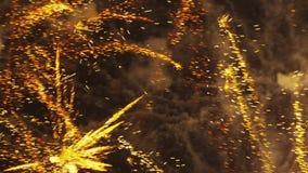 Zoomade mångfärgade fyrverkerier som exploderar arkivfilmer