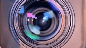 Zoomande-ut process av en inre lins för camcorder` s i ett slut upp lager videofilmer