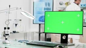 In zoomar skottet på grön skärmbildskärm i modernt laboratorium lager videofilmer