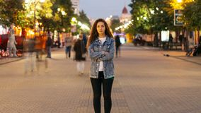 In zoomar Time-schackningsperioden av den stilfulla unga damen som tröttas av vanligt hastanseende i gatan bland whizzing folk oc arkivfilmer