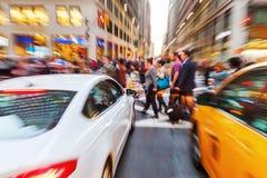 Zoombild av en gataplats med korsningen folk i Manhattan, New York City arkivfoto