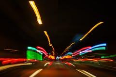 Zoombild des Nachtverkehrs Stockbilder