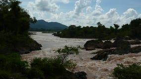 Zoomen ut sköt på Mekong nedgångar arkivfilmer