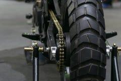 Zoommotorcykelkedja och tandhjul i händelse för bilshow Royaltyfria Foton