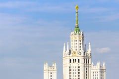 Zoomsikt av Kotelnicheskaya invallningbyggnad Arkivfoto