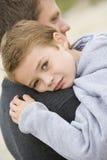Zoon die de knuffel van de Vader geeft Royalty-vrije Stock Foto