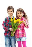 Zoon die met boeket verrassing voor moeder voorbereiden royalty-vrije stock foto