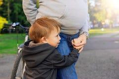 Zoon die zijn zwangere moeder omhelzen royalty-vrije stock foto's