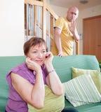 Zoon en bejaarde moeder tijdens ruzie royalty-vrije stock fotografie