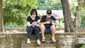 Zoon en moeder die tablet gebruiken stock footage