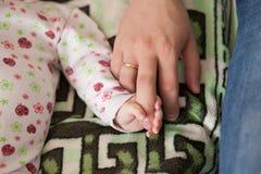 Zoon en vader, de vinger van de babyholding dads Het concept van de familie Royalty-vrije Stock Afbeeldingen