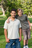 Zoon en zijn vader in het park Royalty-vrije Stock Foto