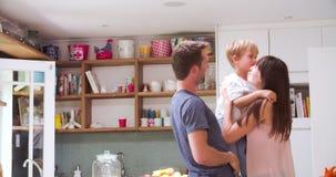 Zoon het Spelen in de Moeder die van de Keukengroet van Reis terugkeren stock video
