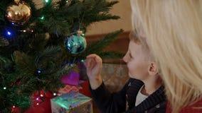 Zoon het spelen met de bal van de Kerstmisboom stock videobeelden