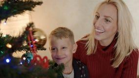 Zoon het spelen met het stuk speelgoed van de Kerstmisboom stock videobeelden