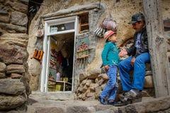 Zoon het spelen met zijn vader op de straat Kandovan stock fotografie