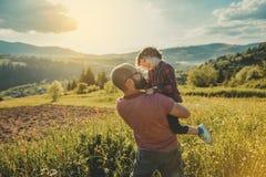 Zoon met vader op berg royalty-vrije stock afbeeldingen