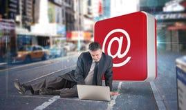 Złożony wizerunek dojrzały biznesmena obsiadanie używać laptop Zdjęcie Royalty Free