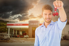 Złożony wizerunek pokazuje nowego domu klucz przystojny młody człowiek Zdjęcie Royalty Free