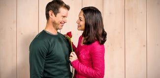 Złożony wizerunek uśmiechnięta para z czerwieni różą Fotografia Stock