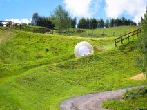 滚动下坡在昆斯敦新西兰的Zorb 库存照片