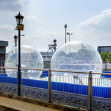 Zorbing Kinder, Skegness Stockbilder