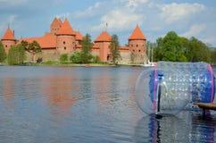 Zorbing op water dichtbij Trakai kasteelGalve meer Royalty-vrije Stock Afbeeldingen