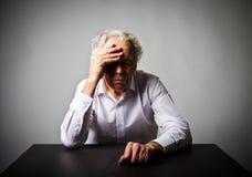 zorg Oude mens in gedachten stock fotografie